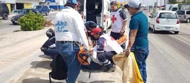 Arena que arrastró la lluvia al pavimento ocasiona accidente de moto en SJC