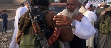 Cuando los talibanes salieron a... dar abrazos y tomar selfies