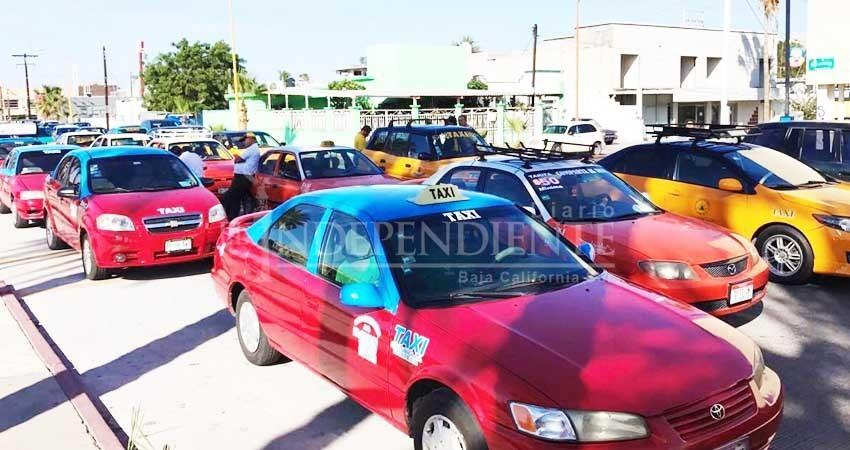 Protestan taxistas de La Paz; quieren fuera a Uber