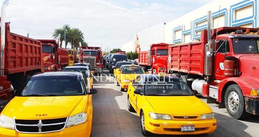 Ubers, taxis y dompes toman calles aledañas al Congreso BCS