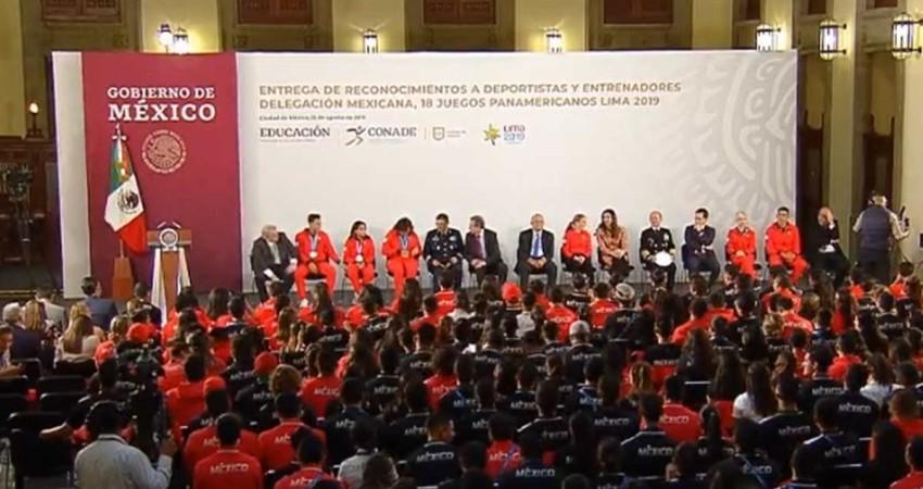 Presidente de la Republica entrega estímulos económicos a atletas de Juegos Panamericanos