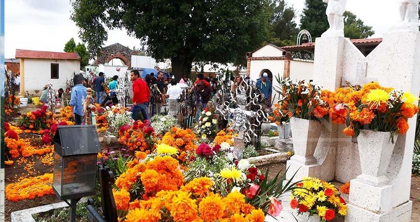 Preparan panteones de La Paz Festival de Día de Muertos