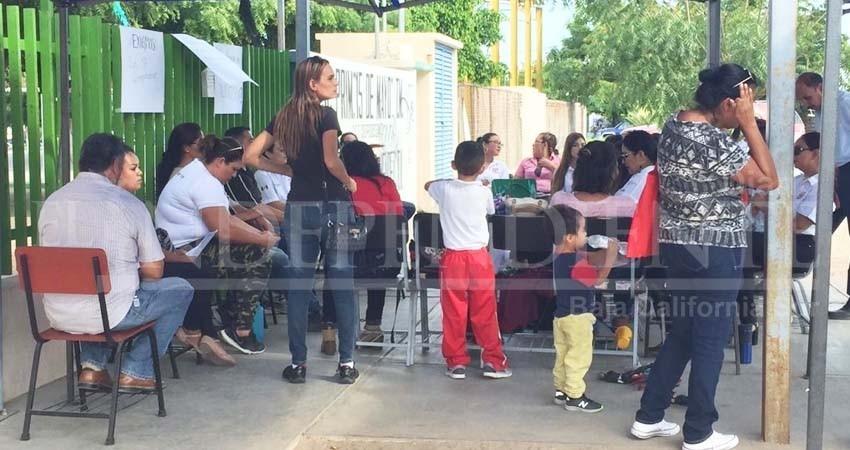 Padres de familia cierran la escuela 15 de Mayo en La Paz