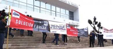 Protestan docentes de Prepa Morelos ante palacio de gobierno