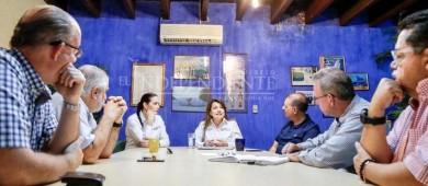 Se reúne Lupita Saldaña Cisneros con integrantes de EMPRHOTUR