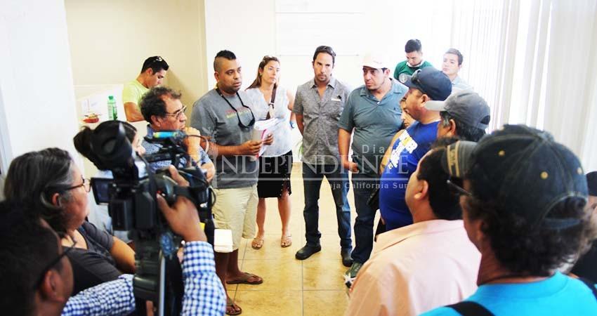 """Denuncian turisteros """"palancas"""" con permisos del tiburón ballena en La Paz"""