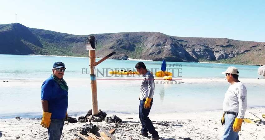 Incendian palapas en Balandra; prevén cerrar acceso de noche