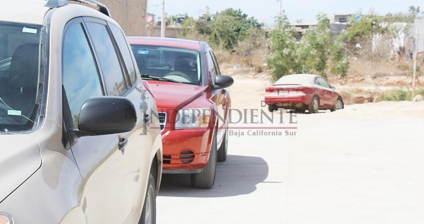 Carros abandonados invaden calles y banquetas de Cabo San Lucas