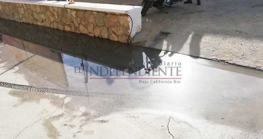 Denuncia restaurantero derrame de agua sucia en andador del Médano de CSL