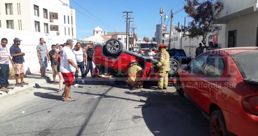 Carambola y volcadura en Cabo San Lucas; Tres personas heridas
