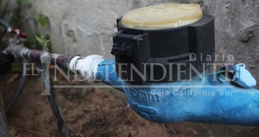 Mientras cientos de litros de agua se desperdician en fugas, vecinos siguen padecen escasez