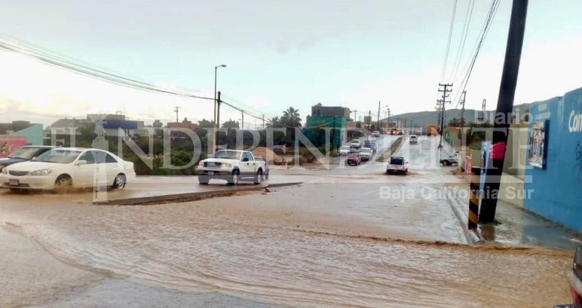 Unos minutos de lluvia causaron severos estragos en vialidades de SJC