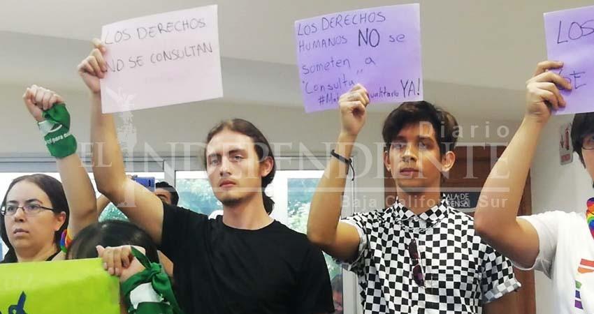 Legisladores buscan deslindarse con las consultas ciudadanas: Manifestantes