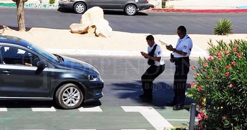 Inspector de transporte amenaza a ciudadano por tomarle fotos
