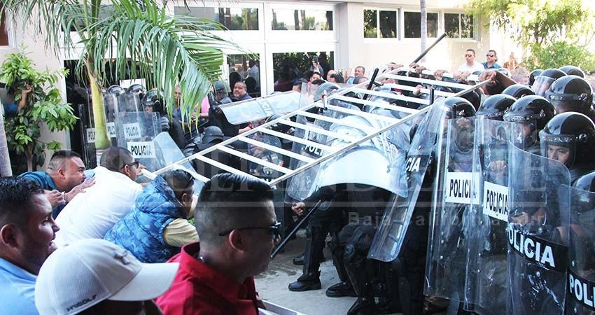 Taxistas contra Estatales revientan primera lectura de Ley de Movilidad en el Congreso BCS