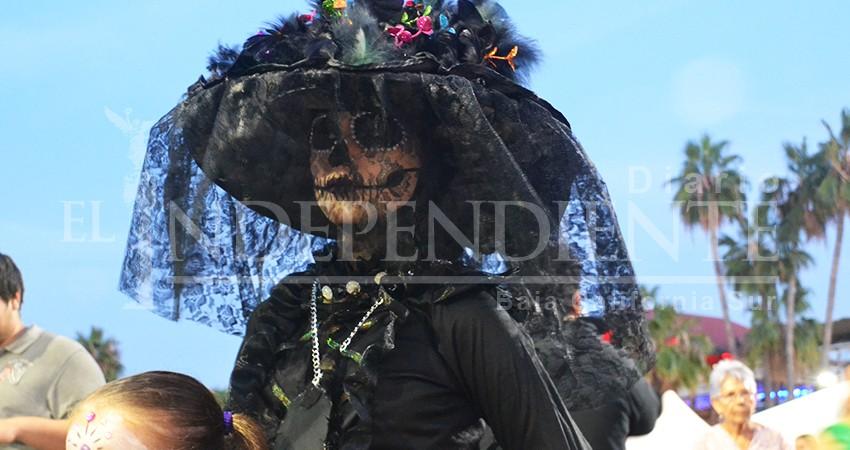 La muerte camina por el malecón; cientos de personas se unen a la marcha de las catrinas