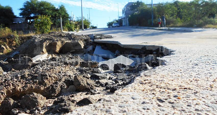 En riesgo automovilistas y peatones por  socavones  y calles colapsadas
