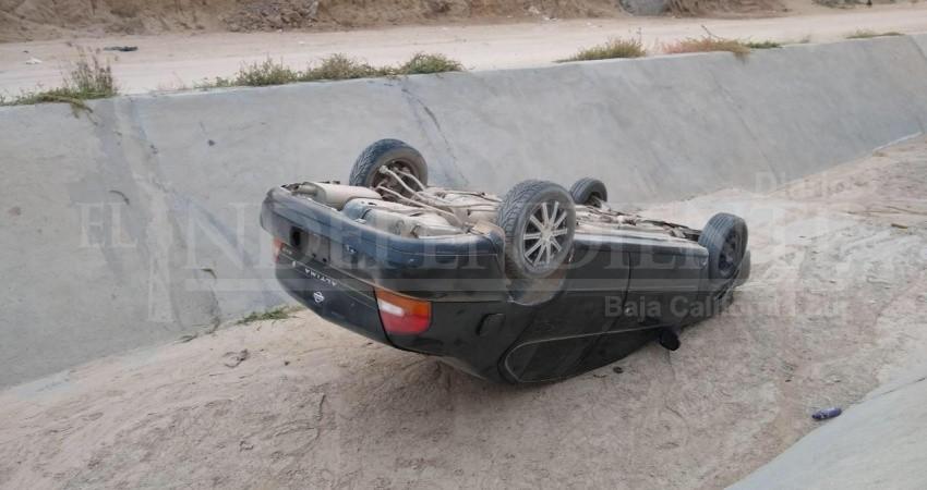 """Auto """"trineo"""", vuela y cae dentro del canal pluvial de CSL"""