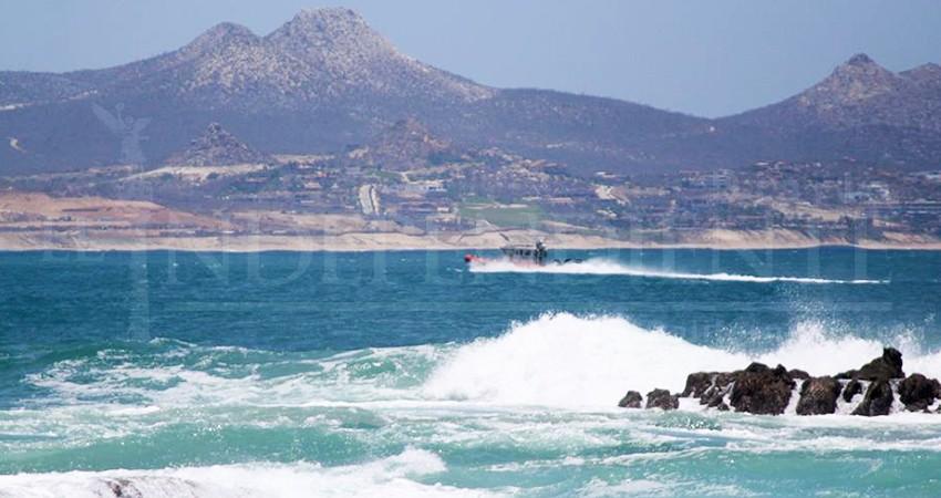 Marejada y fuertes vientos obligan a retirar bañistas de las playas