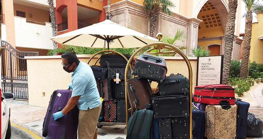 Lo volvió a hacer: turista regresó a Los Cabos con 62 maletas llenas de ayuda