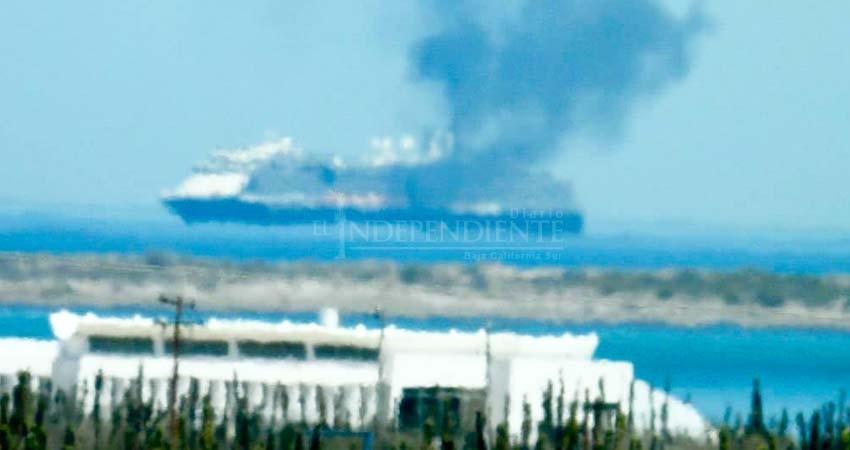 Seis cruceros estacionados frente a La Paz derraman combustible quemado