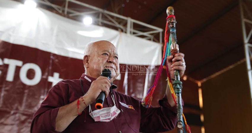 Recibe Víctor Castro bastón de mando de comunidades indígenas en BCS