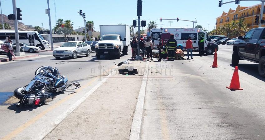 Grave motociclista embestido por camión urbano que se pasó un alto en CSL